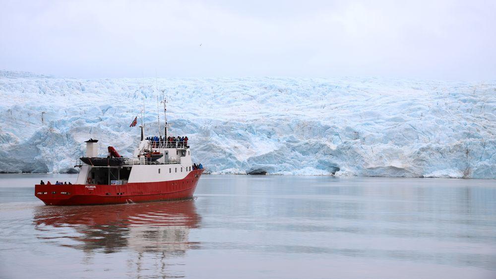 Siden 1996 har de arktiske havområdene opplevd en gjennomsnittlig havnivåstigningen på 2,2 mm i året, ifølge forskerne. Bildet viser turistbåten Polargirl ved Nordenskiöldbreen på Svalbard.