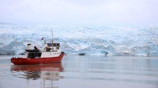 Turistbåten Polargirl ved Nordenskiöldbreen på Svalbard.