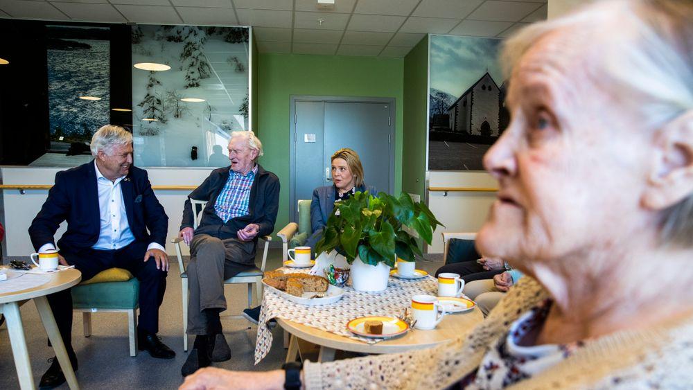 Eldre- og folkeminister Sylvi Listhaug besøker Løkentunet sykehjem. Listhaug får høre om satsningen på god mat og måltidsglede og om tilbudet til personer med demens.