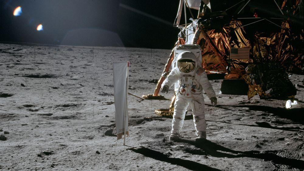 Astronaut Edwin E. Aldrin står ved siden av utstyr til sol-vind-eksperiment på månen under Apollo 11-oppdraget.