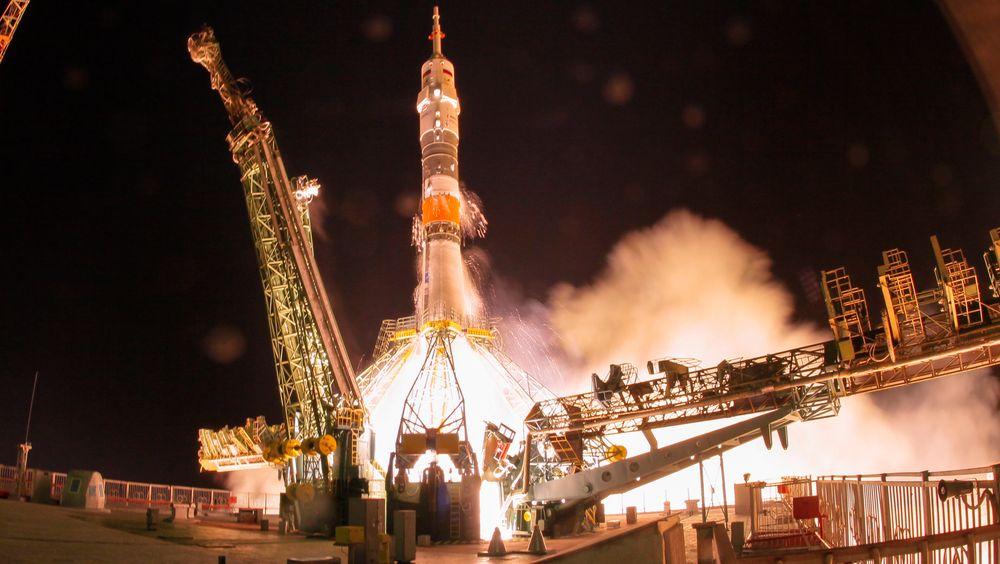 Romkapselen Sojus MS-13 ble lørdag skutt opp med tre romfarere på vei til den internasjonale romstasjonen ISS, hvor den ankom natt til søndag, norsk tid.