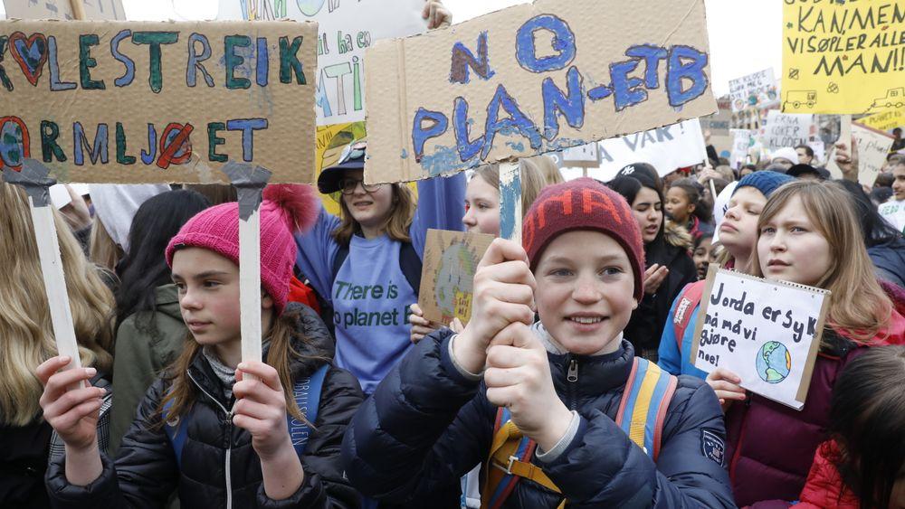 Roald Christian Digre (midten) fra Øren skole i Drammen og streikende skoleelever på plass utenfor Stortinget tidligere i år.