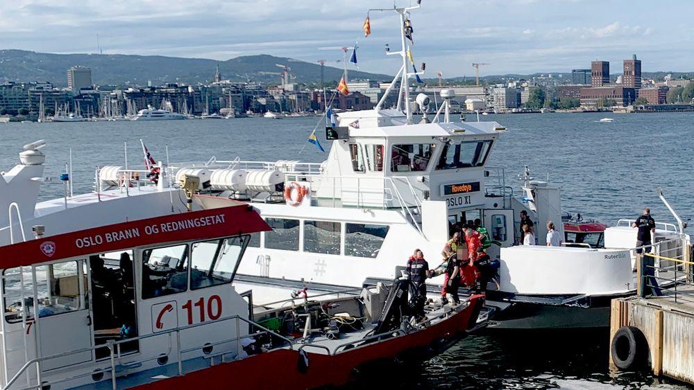 En person på båre blir tatt ombord i en båt fra Oslo brann- og redningsetat, etter at fergen Oslo XI kolliderte med brygga på Hovedøya utenfor Oslo.