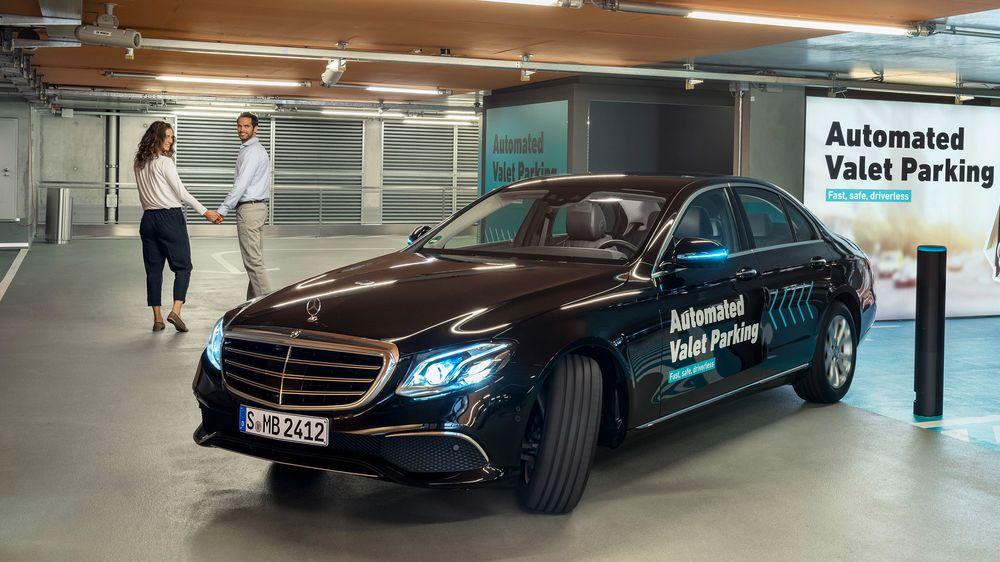 Parkerer selv: I parkeringshuset til Mercedes-Benz Museet kjører to biler rundt ogh parkerer selv. Alt styres av programvare som nøye overvåker hele parkeringshuset vil lidarer og kameraer.
