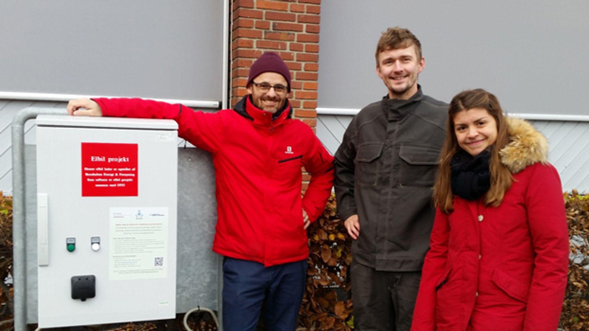 DTUs elektroforskere Andreas Thingvad og Lisa Calearo, med Mattia Marinelli som jobber med ACES-prosjektet på Bornholm.