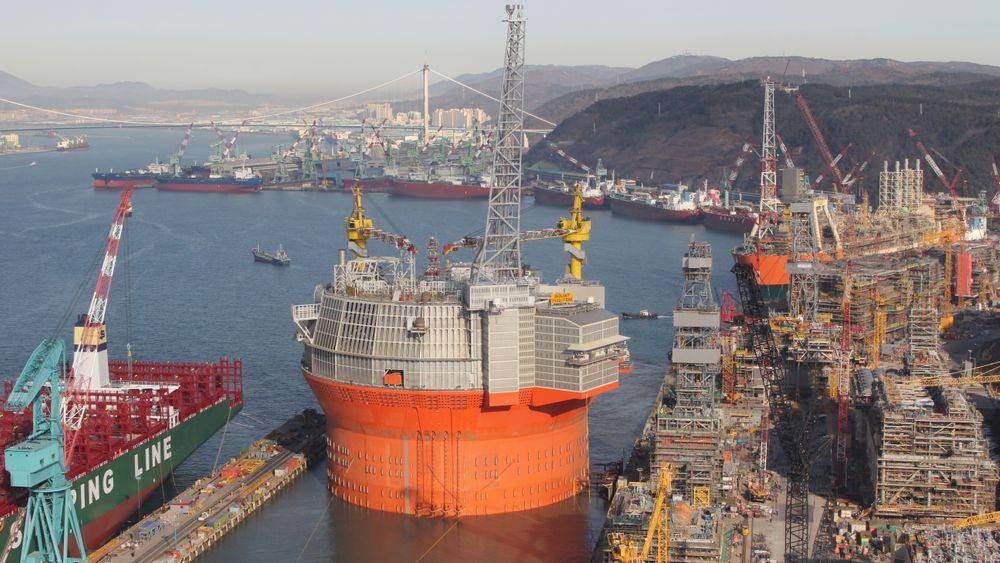 Goliat-prosjektet hadde store problemer, både ved verftet i Sør-Korea og etter at den runde FPSO-en kom til Norge. Her er Goliat på vei ut av H-dokken ved Hyundais offshoreverft i Ulsan.