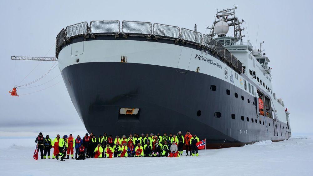 FF Kronprins Haakon og besetning under testtoktet nord for Svalbard tidlig i 2018.