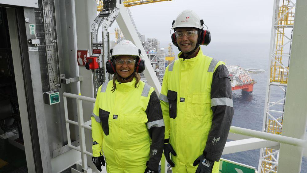 Prosjektdirektør Trond Bokn om bord på Johan Sverdrup, her sammen med Equinor-topp Margareth Øvrum.