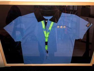 IT-lærling Marius Slutås Malteruds innrammede uniform fra jobben på Eplehuset i Stavanger.