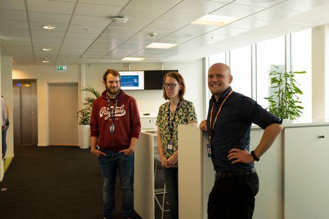 – Stå gjerne og prat litt sammen mens jeg tar bilde. – Du kan ikke be Aspergere om small talk. Fra venstre: Kristoffer Høie, Trine Helene Riise og mentor Henning Storholm.
