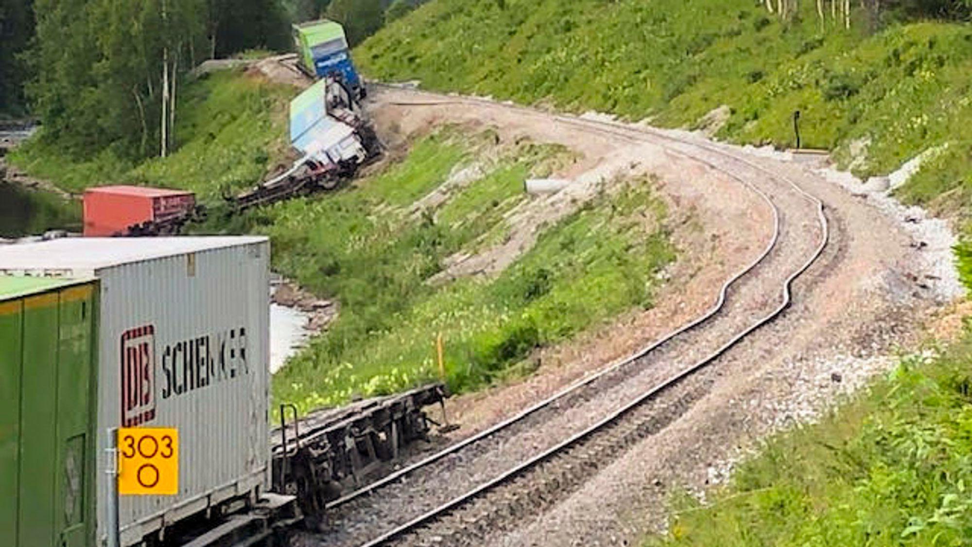 Et godstog har sporet av i Namsskogan, og en rekke godskonteinere ligger veltet ned mot elva Namsen. Ifølge politiet kan det være snakk om farlig gods. Ingen personer skal være skadd. Innholdet og lasten vurderes av brannvesenet. En av vognene havnet i elva i forbindelse med avsporingen.