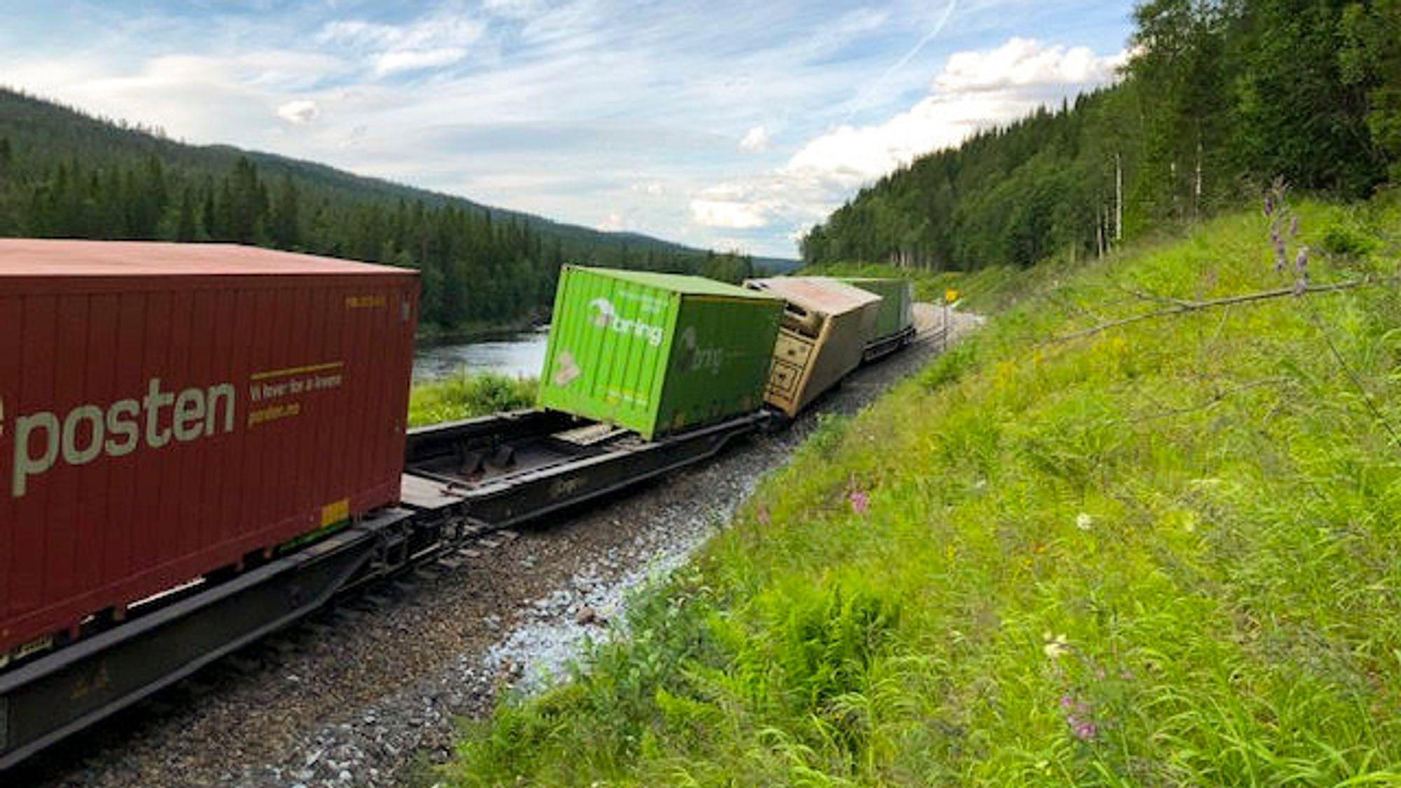 Nordlandsbanen er sperret mellom Namsskogan og Majavatn. Togselskapet Vy har satt opp pendlerbus for passasjerer forbi ulykkesstedet. Bane Nor er usikre på når banen er åpnet igjen, men i beste fall kan det skje på mandag. Foto: Bane Nor / NTB scanpix