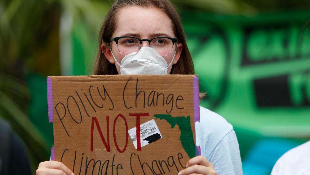 I dag er jordas ressurser for i år brukt opp. En tenåring demonstrerer i Miami i midten av juli hvor hun ber om politiske endringer, ikke klimaendringer.