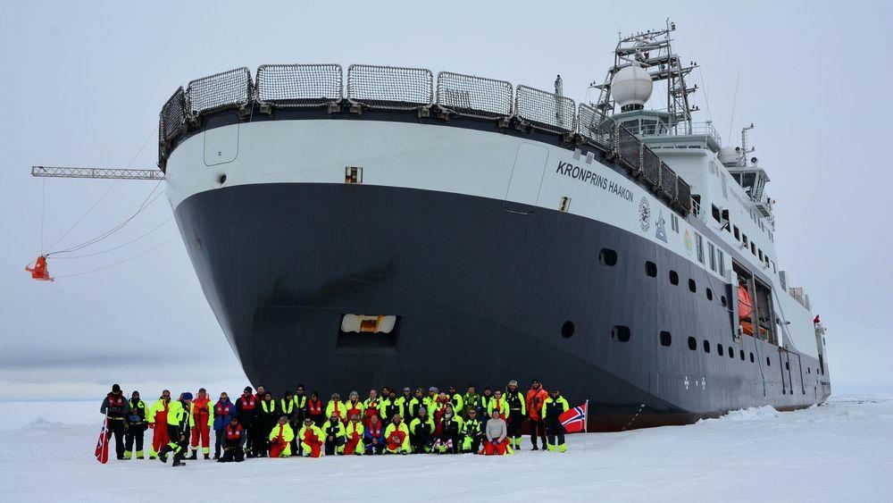 FF Kronprins Haakon og besetning under testtoktet nord for Svalbard tidlig i 2018. Nå går ferden sannsynligvis til Tromsø i løpet av torsdagen for bunkring og så videre til Longyearbyen for å gjenoppta toktvirksomhet.