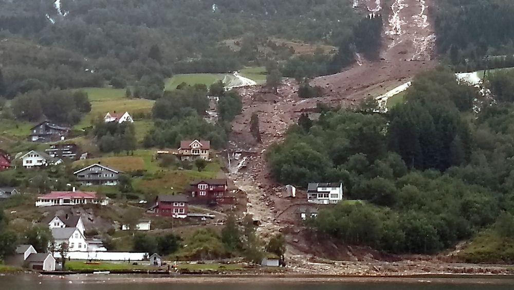 En transportabel basestasjon for nødnettet er på vei til Sunnfjord, der det har gått flere ras, med påfølgende fiber- og strømbrudd.
