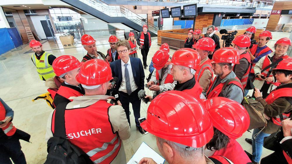 Egelbert Lütke Daldrup omgitt av journalister.