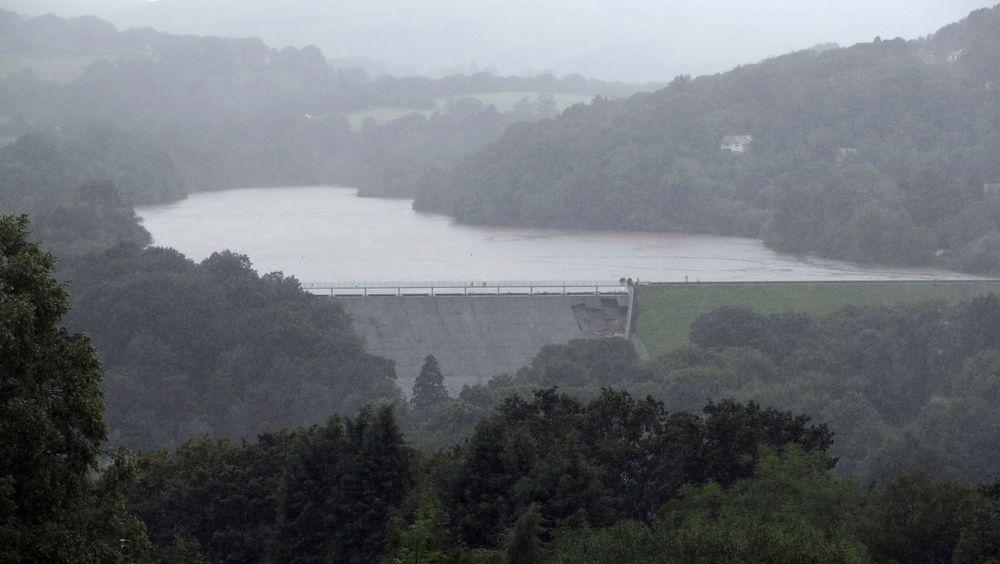 Demningen Toddbrook Reservoir ved småbyen Whaley Bridge i England har fått skader etter flere dager med kraftig regn. Småbyen evakueres av frykt for at demningen skal briste.