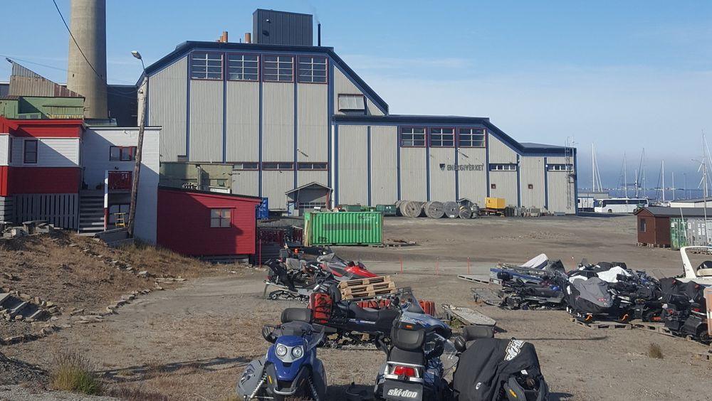 Snøscootere på bar bakke sier noe om temperaturvariasjonene energiverket i Longyearbyen må forholde seg til. Nå vil de bruke batterier til å stabilisere strømproduksjonen.