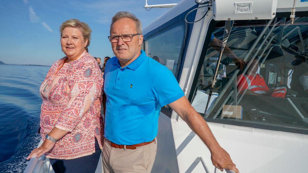Fjord1-sjef Dagfinn Neteland vil ha standardiserte løsninger for lading av elferjer. Her er han sammen med statsminister Erna Solberg, som fredag besøkte ham i Florø.