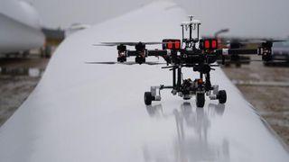 Autonom drone ser inn i vindmøllevinger med ultralyd