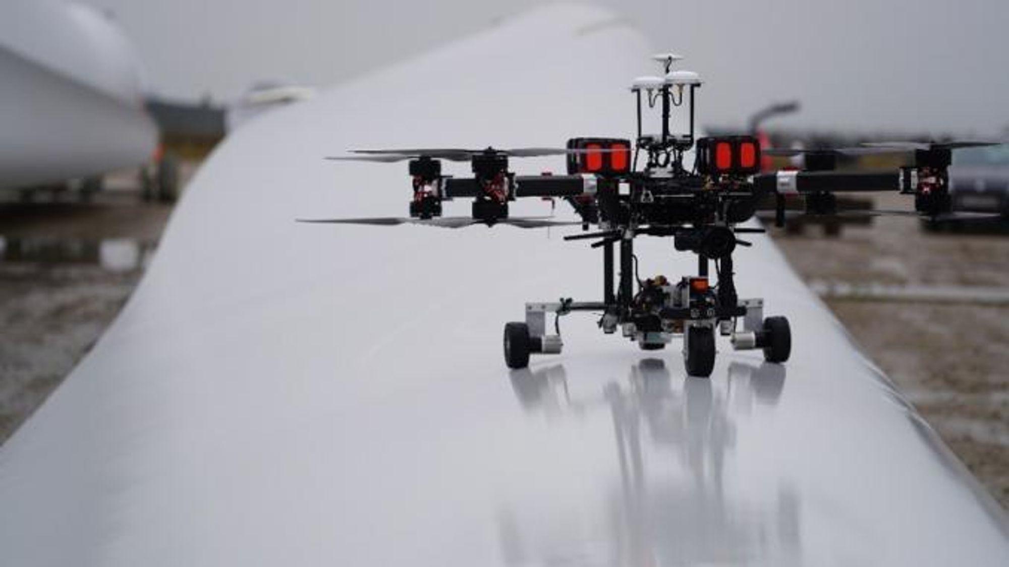 Force Technologys nyutviklede drone lander av seg selv på en vindmøllevinge, og kjører fram og tilbake mens den skanner det indre av vingens med ultralyd.