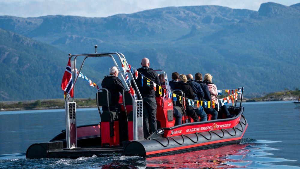 Statsminister Erna Solberg sitter på med den helelektriske ribben Evoy1 i Florø.