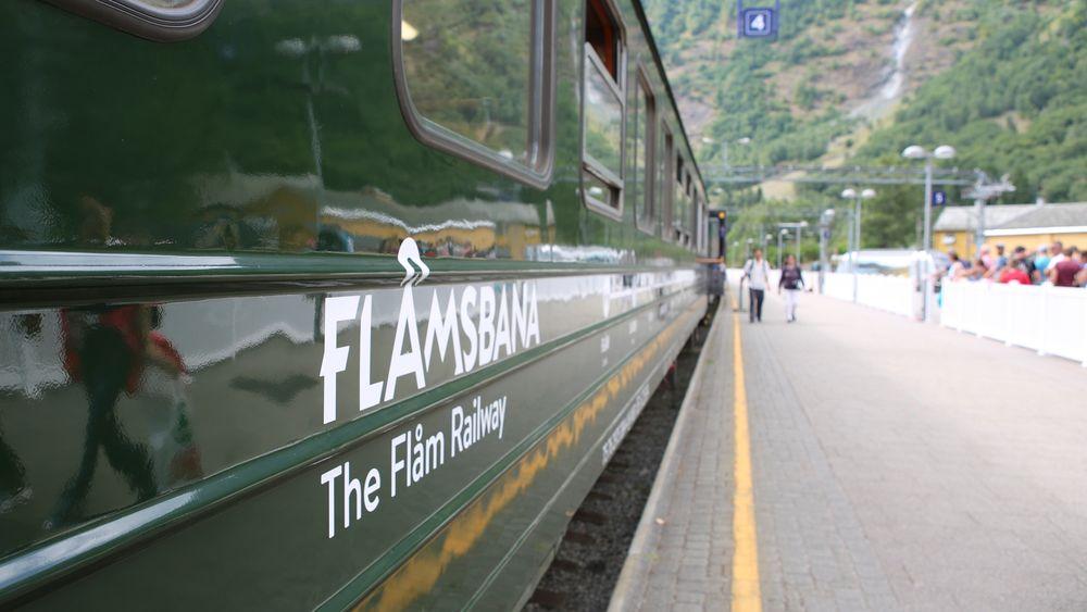Det var 800 passasjerer om bord i de to togene som støtte sammen onsdag. Minst ti personer fikk lettere skader.