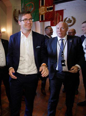 Fra venstre: Teknologisjef Tor Neset og Skandinavia-sjef Kjell Rusti i Sopra Steria på vei opp fra salen like etter alliansen «StraTus» er annonsert som vinner av Forsvarsmateriells plan- og designkonkurranse for skytjenester.