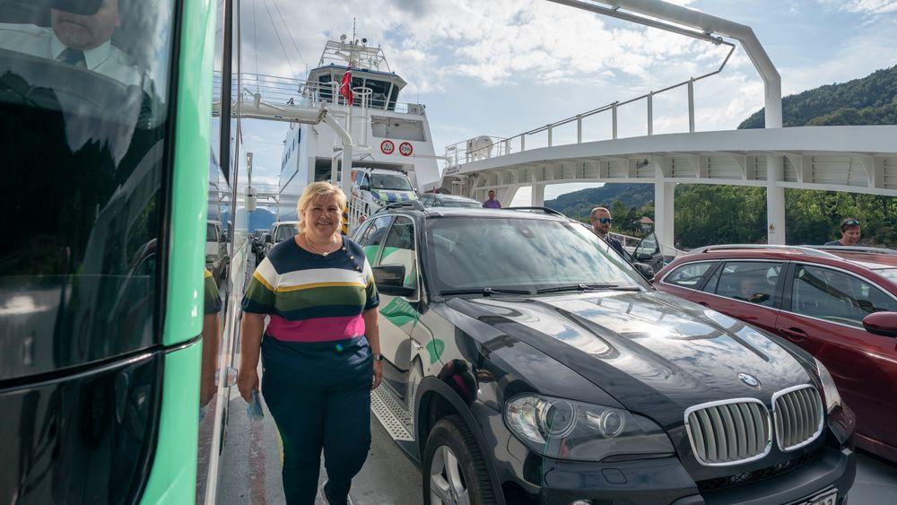Statsminister Erna Solberg om bord på en ferje under denne ukens Vestlands-turné. For anledningen dessverre ikke ved siden av en elbil.
