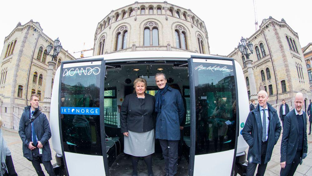 Her prøver statsminister Erna Solberg (H) en selvkjørende buss. Hun krever at offentlig transport skal forurense mindre i årene som kommer.
