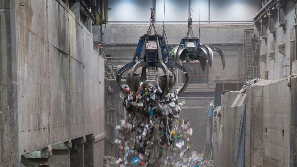 Fortum Oslo Varmes energigjenvinningsanlegg eies i fellesskap av Fortum og Oslo kommune. I denne store hallen blander en søppelet før det går inn til brenning. Forbrenningsanlegget sorterer søppel fra privathusholdning og brenner deler av det så det blir til fjernvarme. Plasten går til Tyskland, men nå planlegger Fortum et gjenvinningsanlegg i Norge hvor plast som ikke kan gjenvinnes skal gå til brenning i anlegget på Klemetsrud.