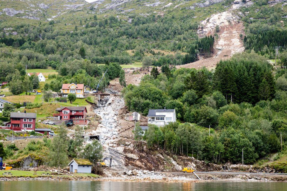 Et jordras gikk mellom husene i Vassenden i Jølster kommune. De materielle skadene ligger på minst 50 millioner kroner.