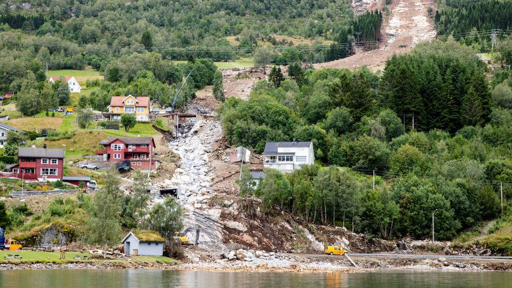 Et jordras gikk mellom husene i Vassenden i Jølster kommune forrige uke. NVE skisserer at de har behov for rundt 4 milliarder kroner til flom- og skredsikring.