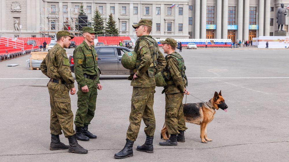 Illustrasjonsbilde: En hærpatrulje patruljerer med hund på Kuibyshev Square i russiske Samara mai 2014.