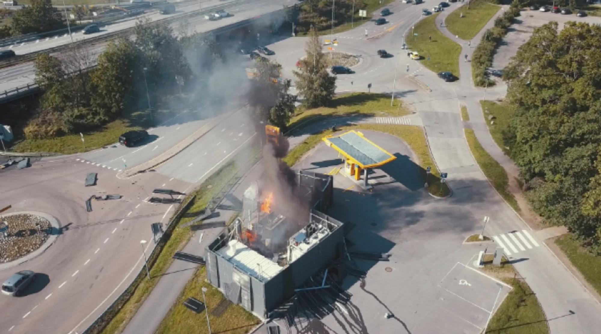 Skrekkens eksempel: Eksplosjonen på Uno-X-stasjonen i Sandvika førte til at alle andre hydrogenstasjoner måtte stenge og stopp i salget av hydrogenbiler. Ulykken etterforskes fortsatt av politiet.
