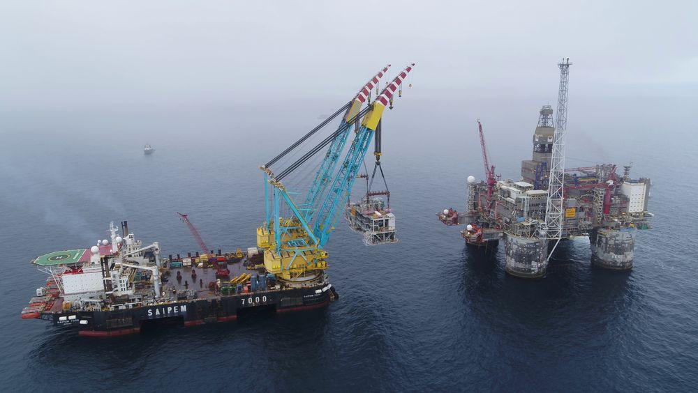 Her løfter Saipem 7000 gassbehandlingsenheten til Dvalin-feltet opp på Heidrun-plattformen. Enheten veier 3500 tonn. Løftet ble gjort på tre timer.