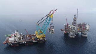 Etter to og et halvt års bygging er den 3500 tonn tunge modulen løftet om bord på Heidrun