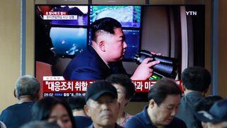 Folk ser på en TV som viser den nordkoreanske lederen Kim Jong Un under et nyhetsprogram på jernbanestasjon i Seoul, Sør-Korea, tirsdag 6. august, 2019. Nord-Korea skjøt tirsdag uidentifiserte prosjektiler to ganger i sjøen mens de gikk hardt ut mot USA og Sør-Korea for å fortsette sine felles militære øvelser som Nord-Korea sier kan avspore et skjørt atomdiplomati. (AP Photo / Ahn Young-joon)