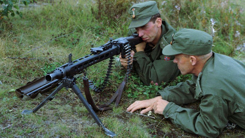 Offiserer med MG-3 rundt 1970, altså rett etter at maskingeværet ble innført i Forsvaret. Nå skal det kjøpes inn nye og lettere maskingevær i samme kaliber.
