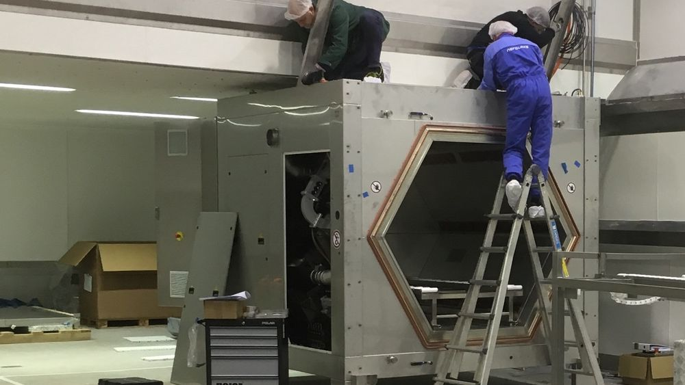 Her installeres prototypen av mikrobølgeovnen som skal desinfisere fiskekasser.