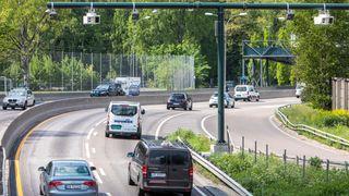 Biler på motorvei. Foto.
