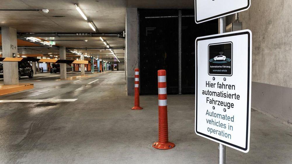 De to tyske industrigigantene Bosch og Daimler (moderselskapet bak Mercedes-merket,red.) har fått godkjent en automatisk, førerløs utgave avvalet-parkering.