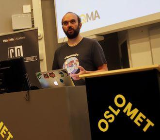Seniorkonsulent Jan Krag fra Praqmas kontor i København holder deler av kurset i det lånte lokalet på Oslomet.