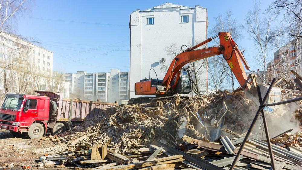 En ny ISO-sertifisering for sirkulærøkonomi er under utvikling. Illustrasjonsbilde fra riving av et hus i Tyumen, Russland, 2015.