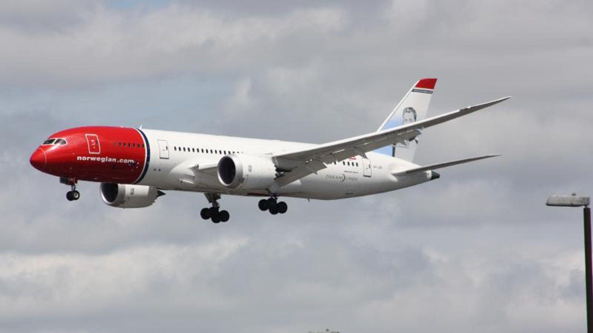 Norwegians Boeing 787-8 LN-LND, som mistet motordeler over en forstad ved Roma, fotografert i 2015.