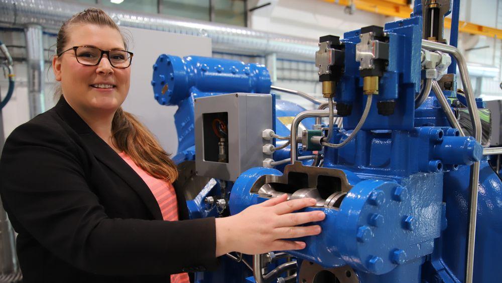 Oda Ellingsen er godt kjent med denne type vinsjmaskineri fra sin lærlingtid. Hun startet som CNC-lærling i 2006, nå har hun gått veien via ingeniør til doktorgrad i maritim industri.