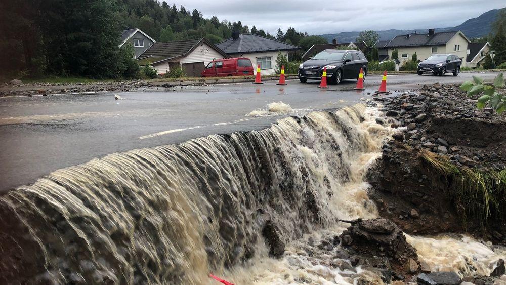 Store nedbørsmengder førte til flom og oversvømmelse i Brumunddal natt til tirsdag. Bildet er fra Nordåsvegen.