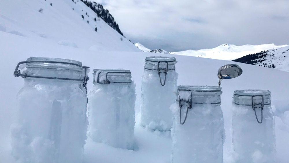 Prøver av snø fra Alpene i Sveits. Forskning viser at mikroplast transporteres i luften helt til Arktis, der det er funnet store mengder mikroplast i snøen.