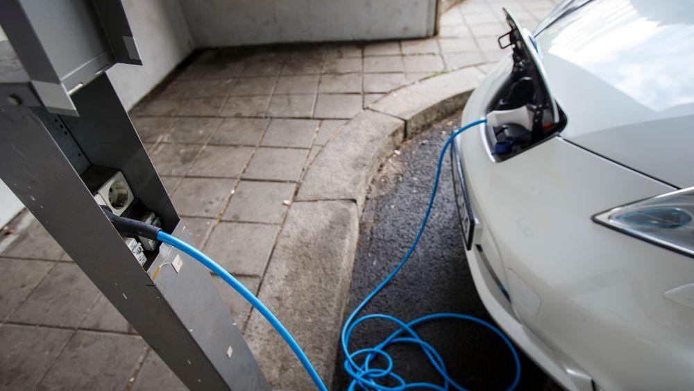 16 prosent av husholdningene i gruppen med høyest inntekt hadde minst én elbil i 2018. For gruppen med lavest inntekt var det bare 0,6 prosent som hadde et samme, viser en oversikt fra SSB. Illustrasjonsbilde av en elbil som lades opp i Bjørvika, Barcode.