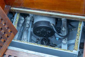 I en metallkasse under dørken ligger en amerikansk Thoosa-elmotor.